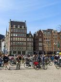 Amsterdam, The Netherlands, April 12, 2012. Tourists walk on the Dam Square — Stockfoto