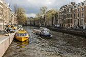Amsterdam, holanda, 12 de abril de 2012. canal en la parte central de la ciudad — Foto de Stock