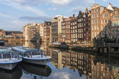 Amsterdam, The Netherlands . Houses on the canal in the city center — Stockfoto