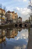 Amsterdam, holanda. casas en el canal y su reflejo — Foto de Stock