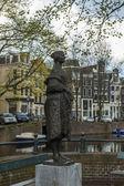 Amsterdam, paesi bassi. tipico paesaggio urbano in una giornata soleggiata di primavera — Foto Stock