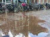 Amsterdam, pays-bas. typique paysage urbain sur une journée ensoleillée de printemps — Photo