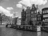 амстердам, нидерланды, 14 апреля 2012. старые дома на берегу канала — Стоковое фото
