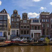 Amsterdam, The Netherlands, April 14, 2012 . Old houses on the canal bank — ストック写真