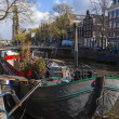 Amsterdam, The Netherlands, April 16, 2012 . Typical cityscape . Residential boats on the canal — Stock Photo