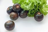 Black tomato varieties Kumata and lettuce — Stock fotografie