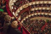 2011 年 10 月 29 日奥地利维也纳。观众等待的维也纳国家歌剧院演出开始 — 图库照片