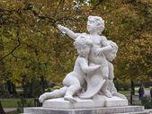 Viena, austria. la escultura en parque público urbano en otoñowien, österreich. skulptur im öffentlichen stadtpark im herbst — Stockfoto