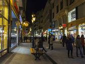 Budapest, hungría. paseo de los turistas en las calles de noche — Foto de Stock
