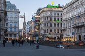 Viena, áustria, 24 de março de 2014. vista à noite as ruas da cidade — Fotografia Stock