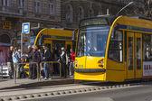 Budapeste, hungria, 22 de março de 2014. olhar urbano típico. a paragem de eléctrico da cidade é na — Fotografia Stock