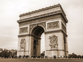 Paris, France, May 1, 2013 . Arc de Triomphe to the Place Charles de Gaulle — Stock Photo