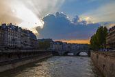 париж, франция. вид на набережную сены на закате — Стоковое фото