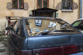 St. Petersburg, Russia . Old house reflected in the window of an old car — Stock Photo