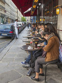 Paris, France, May 3, 2013 . Summertime outdoor cafes — Stock Photo