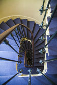 A spiral staircase between floors in an old house — Stock Photo