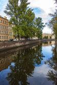 San petersburgo, rusia. vista en terraplén del canal griboiédov y su reflejo en el agua — Foto de Stock