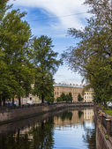 St. Petersburg, Russia. View on embankment of Griboyedov Canal and its reflection in water — Stock Photo