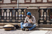 St. Petersburg, Russia, May 29, 2011. Busker entertains passers-by on the promenade — Stock Photo
