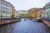 St. Petersburg, Russia, May 31, 2011. View on embankment of Griboyedov Canal and its reflection in the water — Stock Photo
