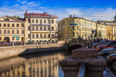 St. Petersburg, Russia, May 31, 2011. View on embankment of Griboyedov Canal and its reflection in the water — Foto Stock