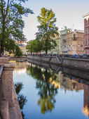 St. Petersburg, Russia View on embankment of Griboyedov Canal and its reflection in the water — Foto Stock