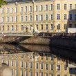 St. Petersburg, Russia. View on embankment of Griboyedov Canal and its reflection in the water early in the morning — Stock Photo
