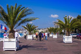 Nice, France, on July 3, 2011. English promenade (Promenade des Anglais) in the sunny day. Promenade des Anglais in Nice - one of the most beautiful and known embankments in Europe — Foto de Stock