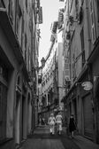 Nice, France, on July 3, 2011. Narrow street in the old city. Black-and-white image — Stock Photo