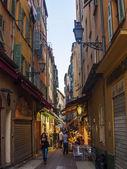 ニース、フランス 2011 年 7 月 3 日に。旧市街の通りの狭い曲線 — ストック写真