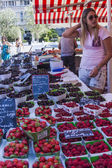 Nice, France, on July 3, 2011. Trade in fruit in the city market — Stock Photo