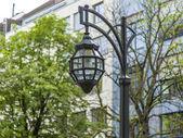 Düsseldorf, tyskland. vackra gamla lampa på kyonigsalley. — Stockfoto