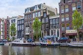 Amsterdam, holandia, na 7 lipca 2014 roku. typowy widok ze starych domów na brzegu kanału — Zdjęcie stockowe