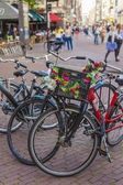 Amsterdam, Netherlands, on July 7, 2014. Bicycle parking on the old narrow city street. — Foto de Stock