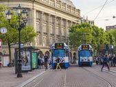 Amsterdam, países bajos, de 07 de julio de 2014. el tranvía de alta velocidad en la vieja ciudad estrecha calle — Foto de Stock