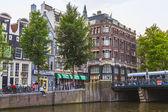 Amsterdam, países bajos, de 07 de julio de 2014. vista urbana típica con casas antiguas en la orilla del canal — Foto de Stock