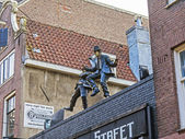 Amsterdam, Netherlands, on July 7, 2014. Modern sculptural composition on a roof of the old house — Photo