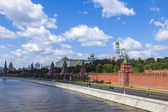 Moscow, Russia, on July 26, 2014. View of the Kremlin and Kremlevskaya Embankment of the Moskva River from Bolshoy Moskvoretsky Bridge — Foto de Stock