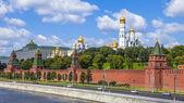 Moskva, ryssland, den 26 juli 2014. utsikt över kreml och kremlevskaya banvallen vid moskvaflodens strand från bolsjoj moskvoretsky bridge — Stockfoto