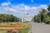 Moscow, Russia, on July 26, 2014. The central entrance on the All-Russian Exhibition Center (AREC). The avenue before an entrance. — Стоковое фото