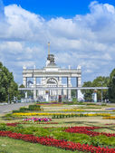 Moscow, Russia, on July 26, 2014. The central entrance on the All-Russian Exhibition Center (AREC). The avenue before an entrance. — Stock Photo