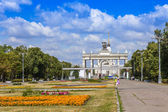 Moscow, Russia, on July 26, 2014. The central entrance on the All-Russian Exhibition Center (AREC). The avenue before an entrance. — Foto de Stock