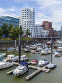Dusseldorf, Germany, on July 6, 2014. Architectural complex of Rhine Embankment in the area Media harbor and boats at the mooring — Stock Photo