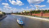 Moscow, Russia, on July 26, 2014. View of the Kremlin and Kremlevskaya Embankment of the Moskva River from Bolshoy Moskvoretsky Bridge — Stock Photo