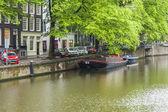 Амстердам, Нидерланды, 7 июля 2014 года. типичный городской вид с дома на берегу канала — Стоковое фото