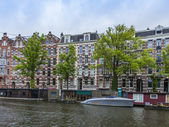 Amsterdam, Netherlands, on July 7, 2014. Typical urban view with houses on the bank of the channel — Stock Photo