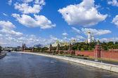 モスクワ、ロシア。クレムリンと kremlevskaya 堤防のビュー — ストック写真