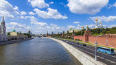 Moscow, Russia, on July 26, 2014. View of the Kremlin and Kremlevskaya Embankment of the Moskva River from Bolshoy Moskvoretsky Bridge — Stock Photo