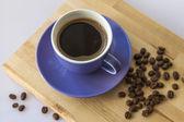 Fincan sade kahve ve kızarmış kahve tanesi — Stok fotoğraf