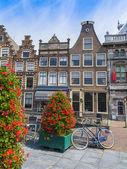 Haarlem, Pays-Bas, le 10 juillet 2014. vue urbaine typique. vieilles maisons — Photo